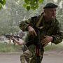 Egy oroszbarát szakadár fegyveres fedezéket keres miközben társa célra tart