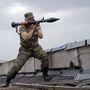 Egy oroszbarát szakadár fegyveres RPG rakétagránát-vetővel céloz a laktanyára közeli egy épület tetejéről