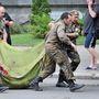 Az egyik sebesültet szállítják el a helyszínről társai