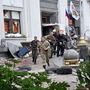 Oroszpárti fegyveresek menekülnek egy elfoglalt épületből