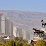 Asgabat rendkívül büszke az elmúlt évtizedben felhúzott fehér márvány épületeire és persze a szobrokra, amelyek nem csak a néhai elnökre emlékeznek, hanem arra is, hogy a türkmének lovasnemzet. Az ahal-tekini lófajta tenyésztése elterjedt.