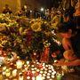 Gyászolók a kijevi holland nagykövetség előtt. A gép utasai között a legtöbb holland állampolgárságú volt