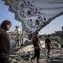 Palesztinok térnek haza otthonaikba a tűzszünet alatt, Gáza Sejaija körzetébe.