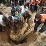 Egy áldozat holttestét emelik ki a földből Rafahban