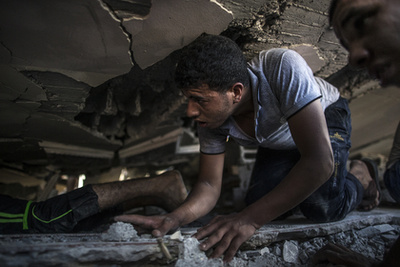 Törött óra egy épület romjai között
