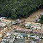 A legfrissebb adatok szerint legalább 36 ember meghalt és hét ember eltűnt a szerda reggeli földcsuszamlásokban Hirosimában. A mentőalakulatok még túlélők után kutatnak.