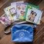 Maia Hongkongban él és még csak ötéves, de már iskolába készül (ott hatéves kortól kötelező az iskola). Menő a retro táskája, látszik, hogy már nagyon korán elkezdenek angolt tanulni. A Maia feliratú kis doboz tartalmában bizonytalanok vagyunk: Zsebkendő? Terítő? Iskolai harisnya?