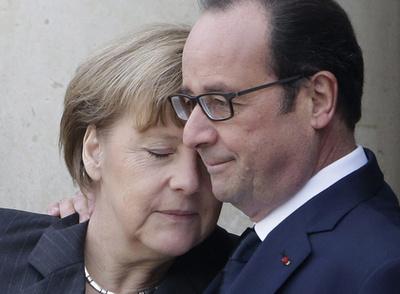 Francois Hollande francia elnök (j) üdvözli Angela Merkel német kancellárt