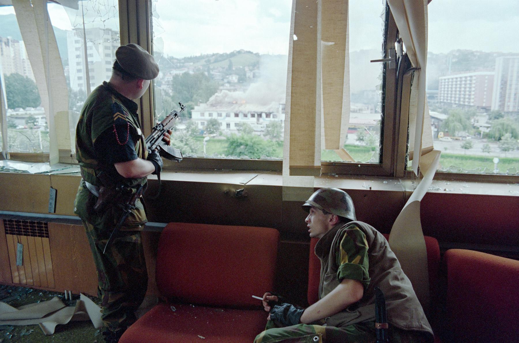 Bosnyák asszony imádkozik az áldozatok nevei felett a Potocari emlékfalnál. A boszniai háborúban legalább 100 ezren haltak meg, több mint 2 millió embernek kellett elhagynia az otthonát. Ez volt a legpusztítóbb európai háború a második világháború után.