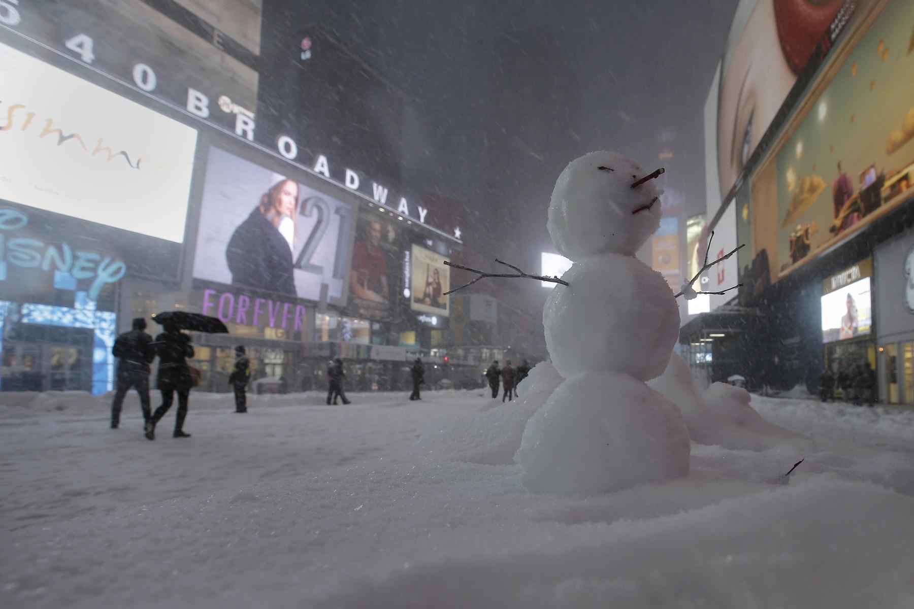 Magányos sétáló a csüdig érő hóban Washingtonban.