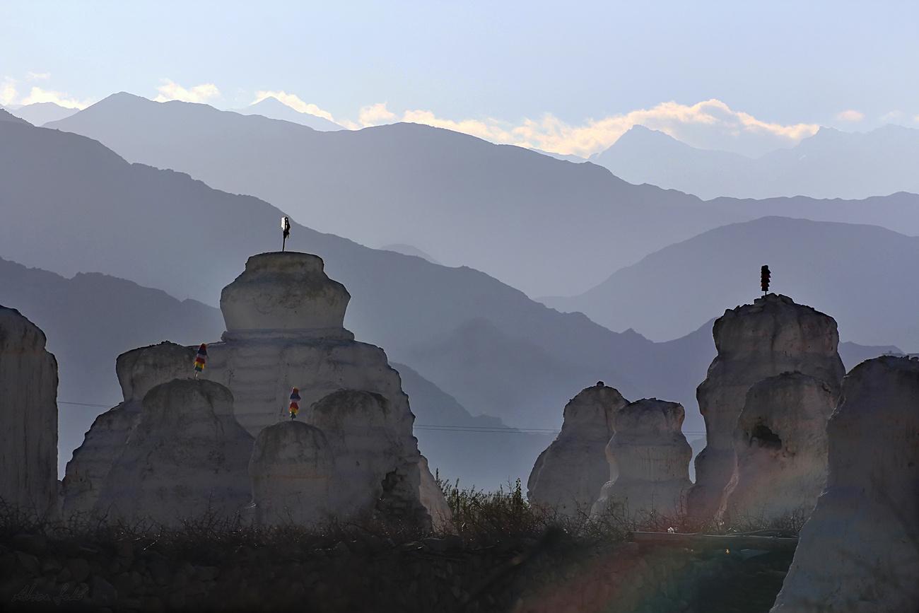 Az Indus mentén lévő egyik legnagyobb erődítménykolostor, Shey melletti nekropolis hajnali fényben igen csak misztikus. A száznál is több csörtent vagy sztúpát halottak emlékére állították, némelyiket sok száz évvel ezelőtt. Ezekben holtak ereklyéi találhatók.