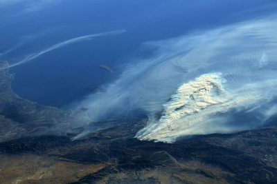 A NASA által kiadott felvétel, amit a ISS (Nemzetközi Űrállomás fedélzetéről készítettek és a Kaliforniában tomboló erdőtüzek füstjéről 2017. december 6-án.