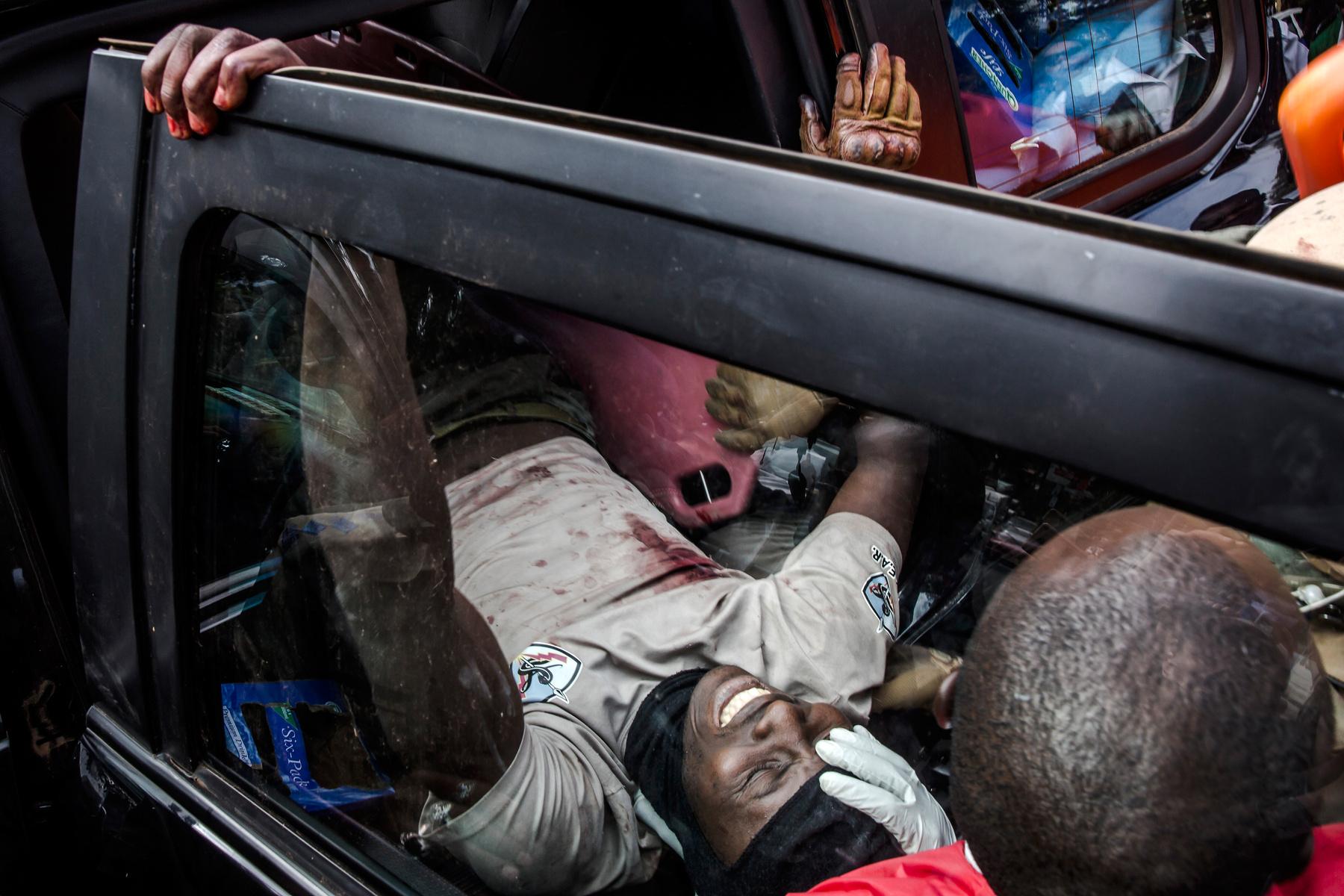 A terroristák által megtámadott nairobi épületegyüttesből térnek vissza rendőrök 2019. január 16-án.