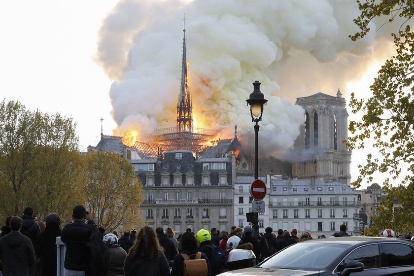Miért mosolygott az égő Notre-Dame-nál két arab férfi? - 4