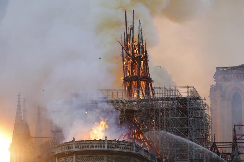 Miért mosolygott az égő Notre-Dame-nál két arab férfi? - 7