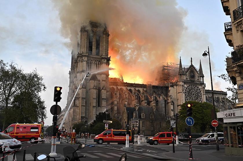 Miért mosolygott az égő Notre-Dame-nál két arab férfi? - 8