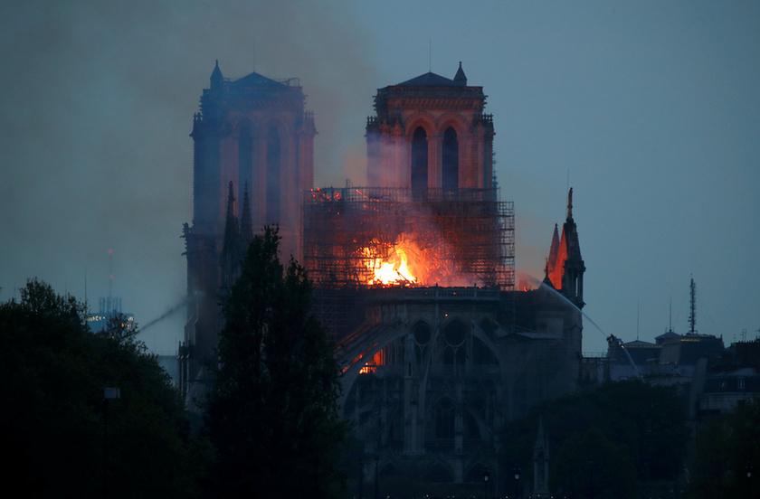 Miért mosolygott az égő Notre-Dame-nál két arab férfi? - 11