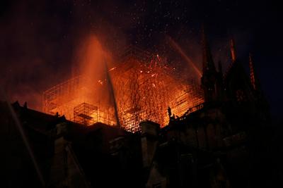 Éjfélkor még tartott a tetőszerkezet oltása, de már alábbhagyott a lángok intenzitása.
