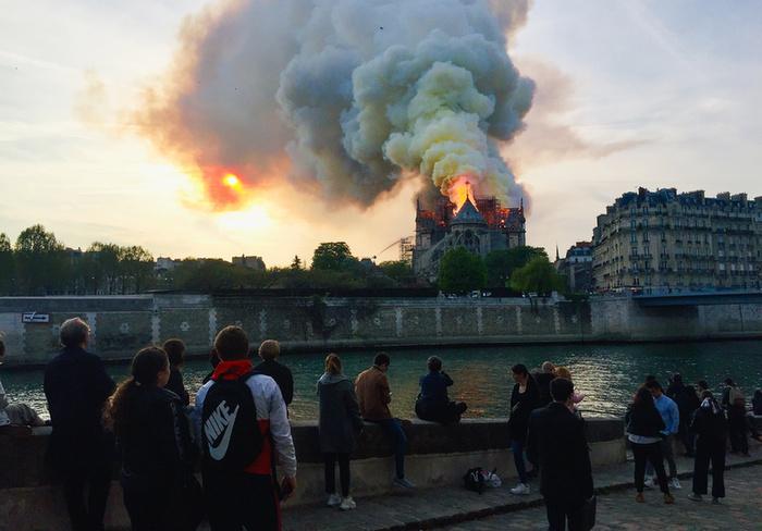 Miért mosolygott az égő Notre-Dame-nál két arab férfi? - 2