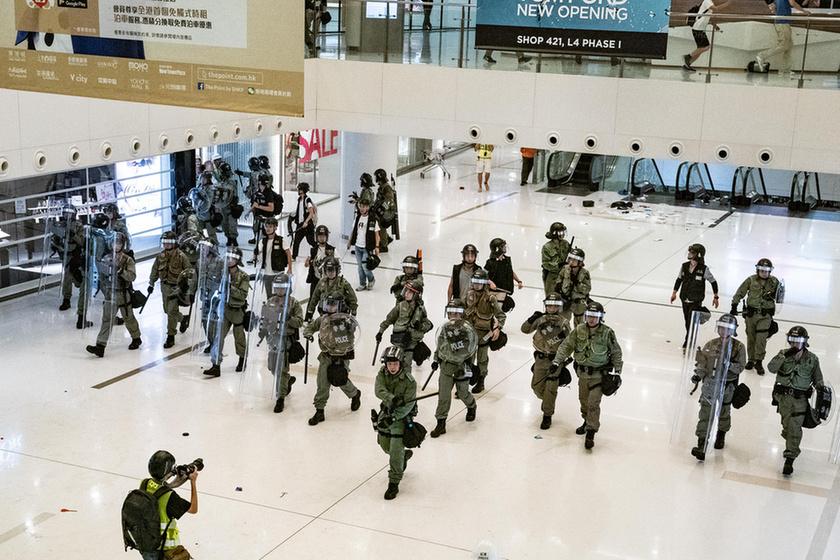 Bevásárlóközpontban csaptak össze a rendőrök a tüntetőkkel Hongkongban - 3