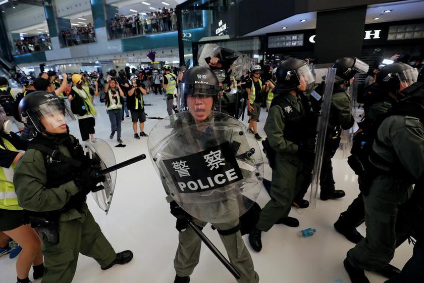Bevásárlóközpontban csaptak össze a rendőrök a tüntetőkkel Hongkongban - 6