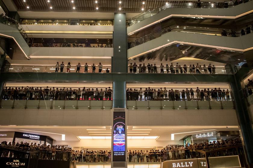 Bevásárlóközpontban csaptak össze a rendőrök a tüntetőkkel Hongkongban - 5