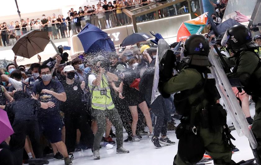 Bevásárlóközpontban csaptak össze a rendőrök a tüntetőkkel Hongkongban - 4