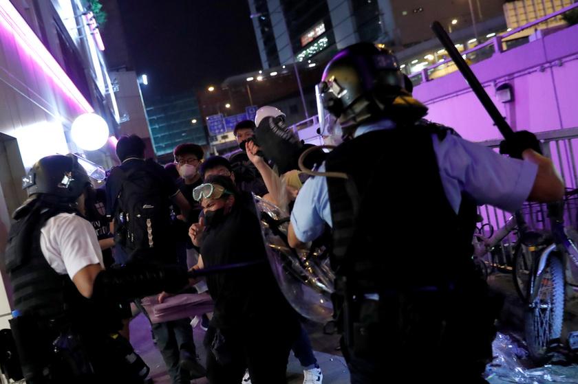 Bevásárlóközpontban csaptak össze a rendőrök a tüntetőkkel Hongkongban - 2