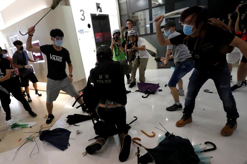 Bevásárlóközpontban csaptak össze a rendőrök a tüntetőkkel Hongkongban - 9