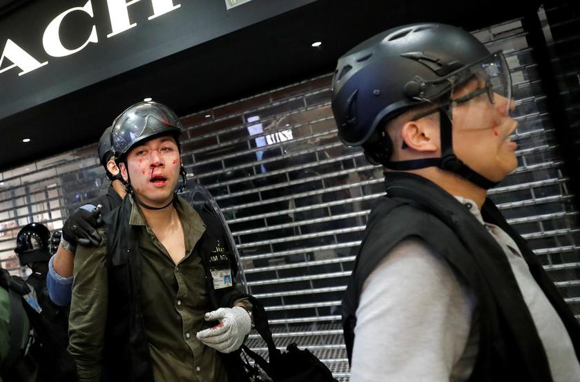 Bevásárlóközpontban csaptak össze a rendőrök a tüntetőkkel Hongkongban - 7