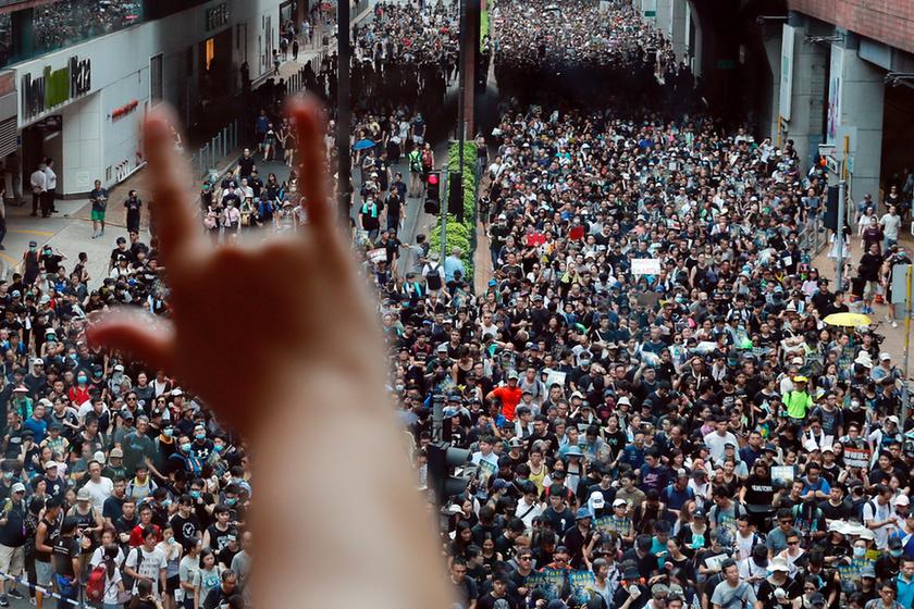 Bevásárlóközpontban csaptak össze a rendőrök a tüntetőkkel Hongkongban - 1