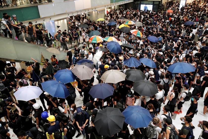 Bevásárlóközpontban csaptak össze a rendőrök a tüntetőkkel Hongkongban - 8