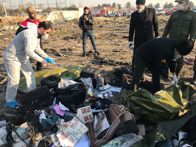 A lezuhant ukrán gép utasainak holmijai Teherán közelében