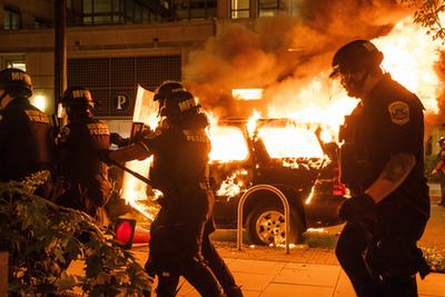 Felgyújtott rendőrautó a georgiai Atlantában 2020. május 29-én.