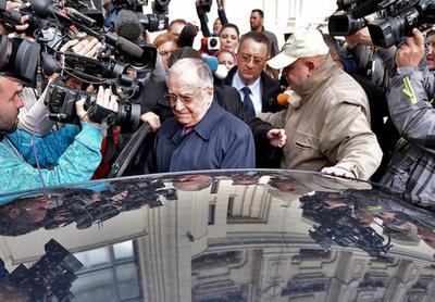 Ion Iliescu elhagyja a bíróságot, miután az ügyészek kihallgatták Bukarestben 2015. október 21-én.
