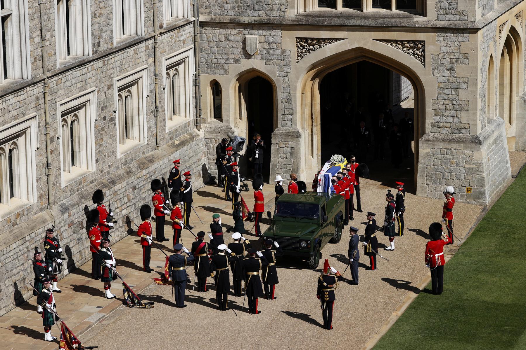 A windsori dékán, Edoardo Mapelli Mozzi és Beatrix brit hercegnő a Szent György-kápolna galileai tornácán Fülöp herceg búcsúztatását követően