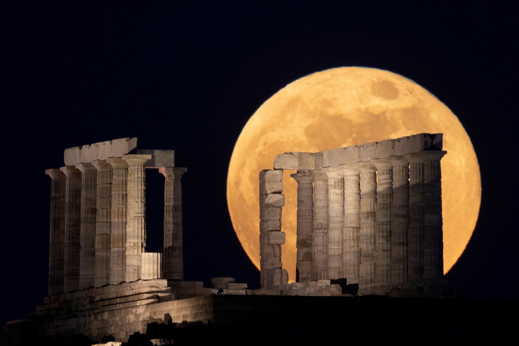Az athéni Poszeidón Templom a szuperhold megvilágításában