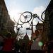 A Critical Mass egyik hagyományos rituáléja a bicikliemelés, amelynek menet közben spontán, a végén közösen hódolnak a résztvevők. A kerékpáremelés serkenti a keringést, erősíti a vállat, amellett, hogy jól is néz ki.