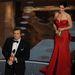 Colin Firth a legjobb színésznek járó díjjal, Sandra Bullock a háttérben örül neki