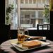 A Csendesben elköltöttünk egy ebédet (sör-virsli-zsíros kenyér), amíg töltöttük a telefont.