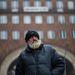 Hajléktalan férfi a Madách téren. Napi 500 forintért vigyáz az egyik belső-erzsébetvárosi szórakozóhelyre éjszakánként. Ott legalább meleg van – teszi hozzá. Budapesten kb. 8-10 ezerre tehető a fedél nélküliek száma. Az orosz fővárosban, a hivatalos adatok szerint, mintegy 12-13 ezer fő él az utcán, de olyan véleményekről is hallani, melyek szerint a moszkvai hajlék nélküliek száma meghaladhatja az 50 ezret is.