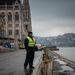 Már a biztonságiőr-lét sem a régi – mondja a középkorú biztonsági őr, miközben a napszemüvege mögül kémleli a Dunát. A pesti alsó rakparton különösen csípős a februári hideg. Háttérben a Parlament és a Budai Vár.