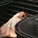 Jennifer Lawrence elhasalt útban a legjobb színésznőnek járó szoborért, a talpig úriember Jean Dujardin segített neki talpraállni