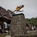 Puszta szórakozásból akár a magasugrás világrekordját is minden nap megdönthetné az indonéz Orahili falu bármelyik férfi lakosa. Ősi hagyományuk szerint csak abból válhat hódító harcos - és igazi férfi - aki átugorja a falu közepén felállított két méter magas és 60 centi széles kőpiramist.
