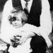 Margaret Thatcher kisgyermekként, apja ölében.