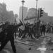 Az agresszív tömeget a békés demonstrálók közé terelte a rendőrség, és elszabadult a pokol. Több százan sérültek meg a téren. Thatcher még fél évig maradt miniszterelnök a márciusi tüntetés után, az adótervezetet viszont visszavonták. Végül le kellett mondania.