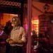 A Garbó kiadónak otthont adó Lila Köd Könyveskávézó tulajdonosa várja a vendégeket az ajtóban. Szecsődy Péter vezeti a kiadót, szerkeszti a könyveket és ő szolgálja fel a kávét is.