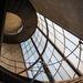 A csillogó üvegfal mentén csigavonalban feltekeredő vaslépcső a német építészzseni, Walter Gropius munkásságát idézi