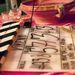 Retróterítő, felespoharak, szarvasagancs - 80-as évekbe dermedt vadászház