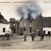 Az első világháborúban német katonák közelítenek meg egy égő belga házat. Ha valakinek esetleg nem egyértelmű, melyik ház lángol, annak kiemelték egy kis utómunkával.